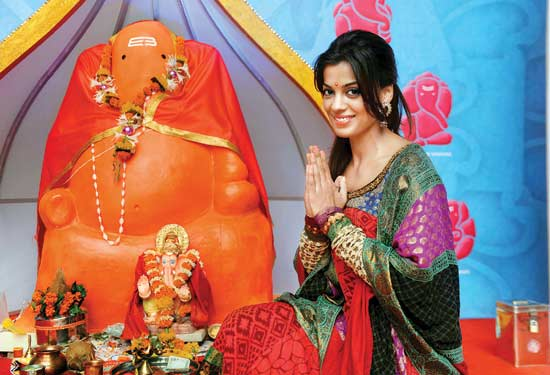 Mugdha Godse dropped  by to seek blessings from <i>DNAs</i> Eco Ganesha