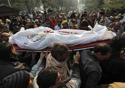 Police and relatives carry the body of Subhash Tomar, a policeman, during his funeral in New Delhi
