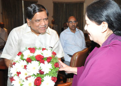 Karnataka chief minister Jagadish Shettar greets Tamil Nadu chief minister J Jayalalithaa in Bangalore on Thursday, November 29, 2012.-DNA