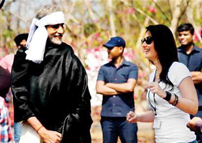 Amitabh Bachchan and Kareena Kapoor on the sets of Satyagraha in a pic posted by Bachchan on Twitter