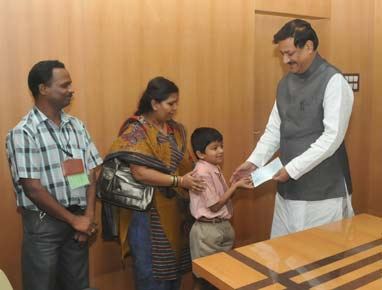 Kanishka with his father Raju Dongre and mother Madhvi with the CM