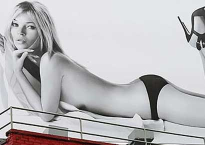 The poster where Kate Moss has posed for Stuart Weitzman.