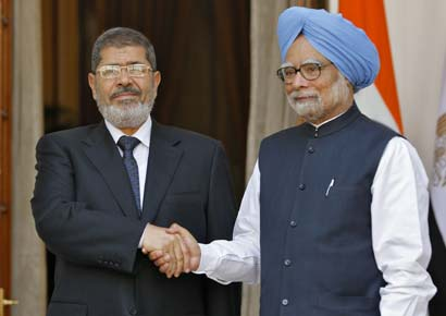 Egypt's President Mohamed Morsi (L) and India's Prime Minister Manmohan Singh shake hands during a photo opportunity before their meeting in New Delhi on March 19, 2013
