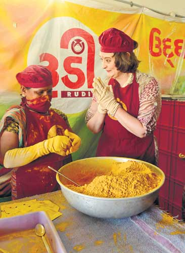 Cherie Blair with a SEWA worker 