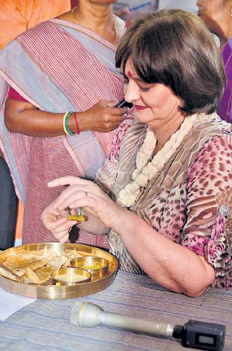 Cherie Blair samples a Gujarati thali 