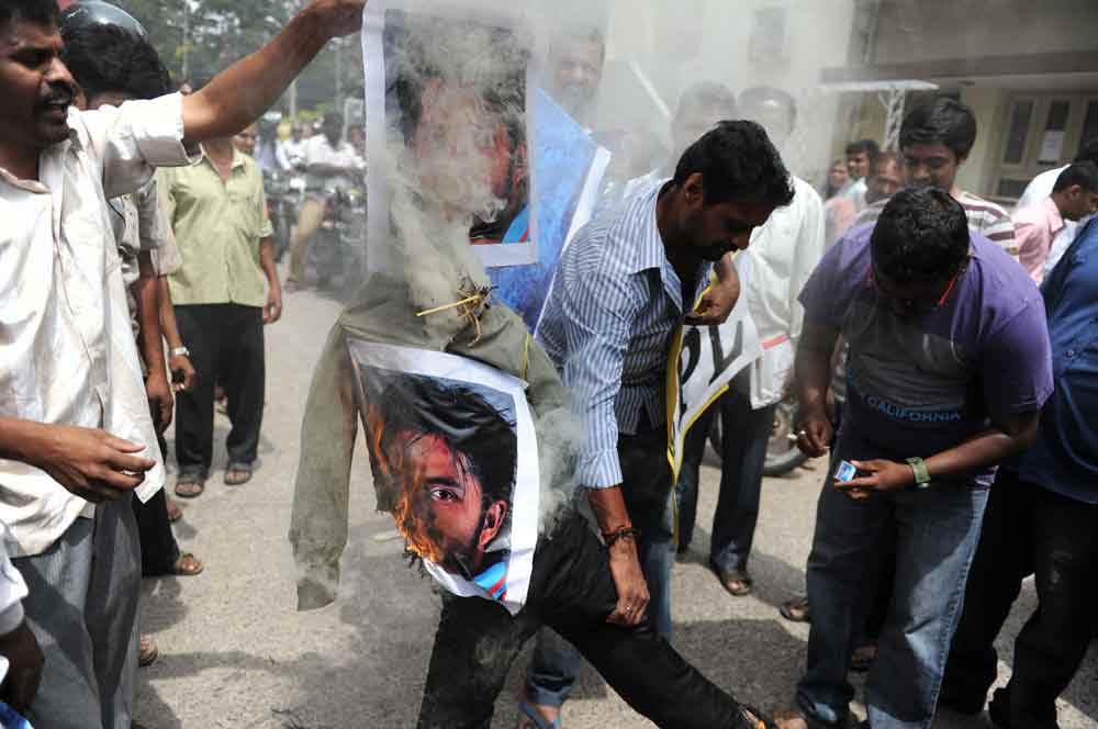Indian fans burnt Effigies of Cricketers involved in spot fixing