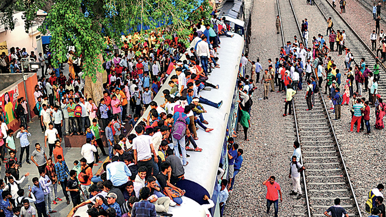 Rajasthan: These boys cannot have all the fun on moving train