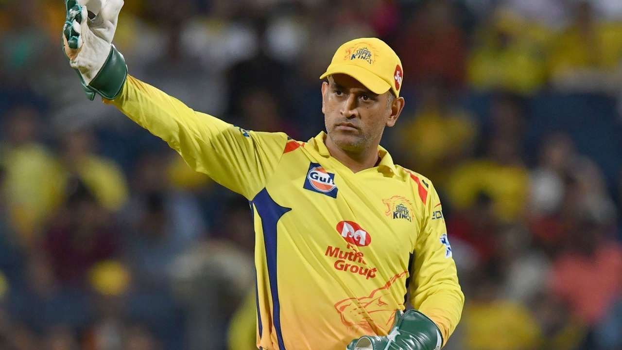 IPL 2019: 'Dhoni Review System'- MS Dhoni takes last second DRS in CSK vs RCB match, Twitter loses its collective mind