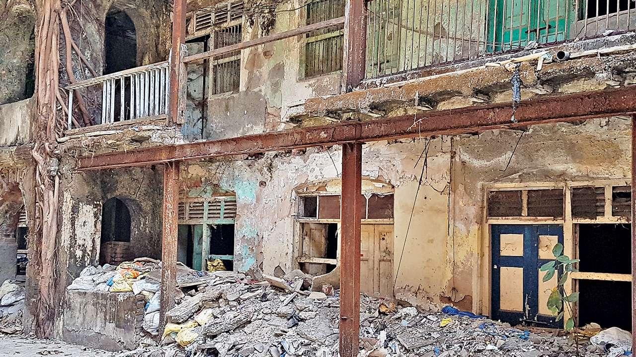 Dadar building stands on one wing & prayer