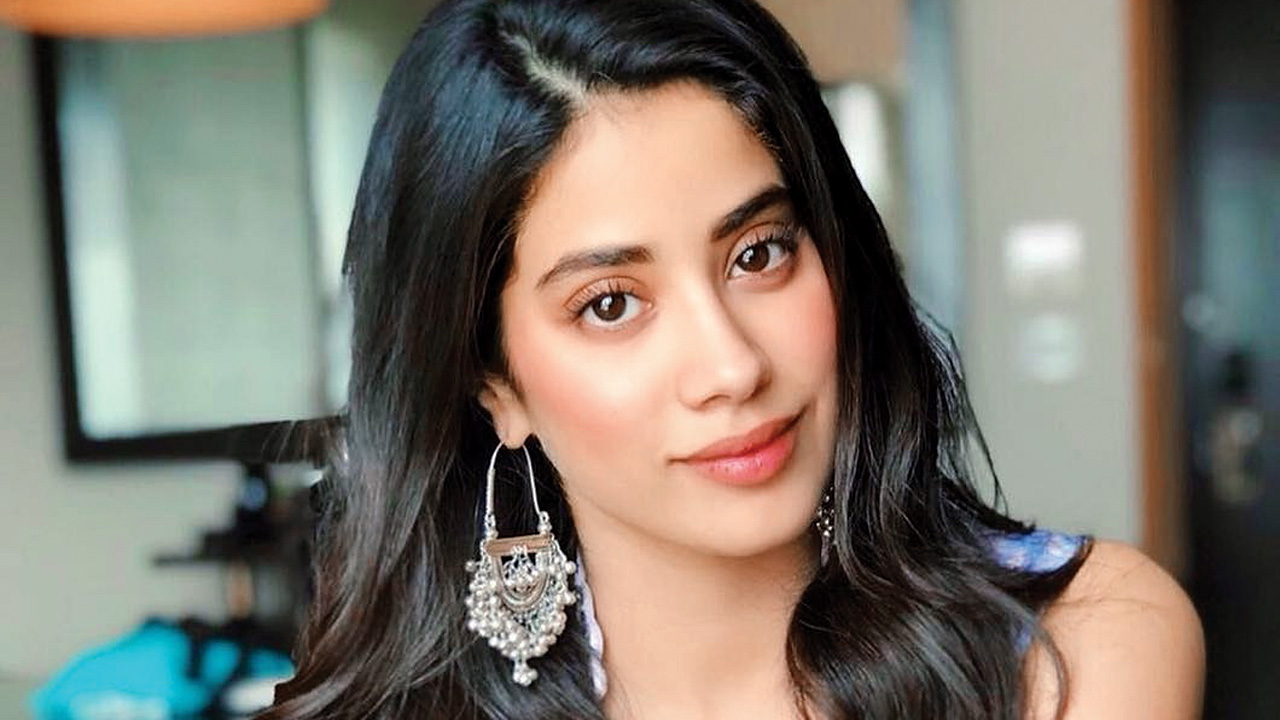 Janhvi Kapoor's shuttling between 'Roohi-Afza' and Gunjan Saxena biopic