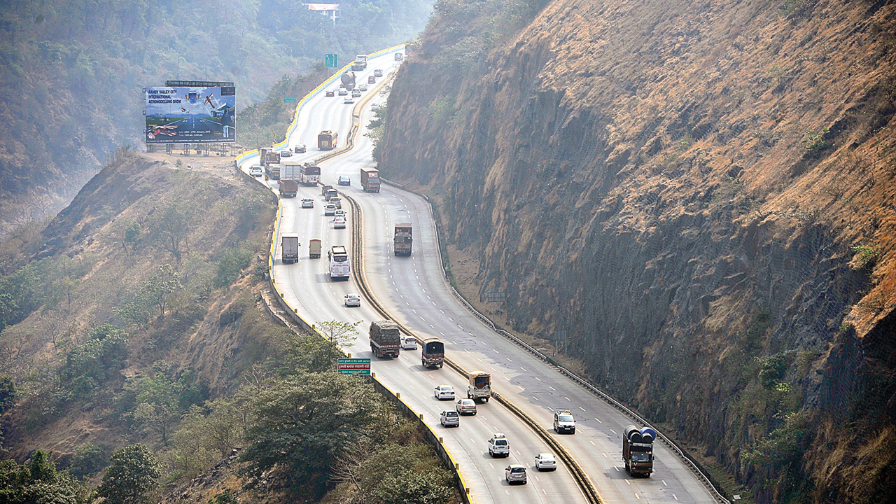 Trucks, clear lanes for cars on Expressway