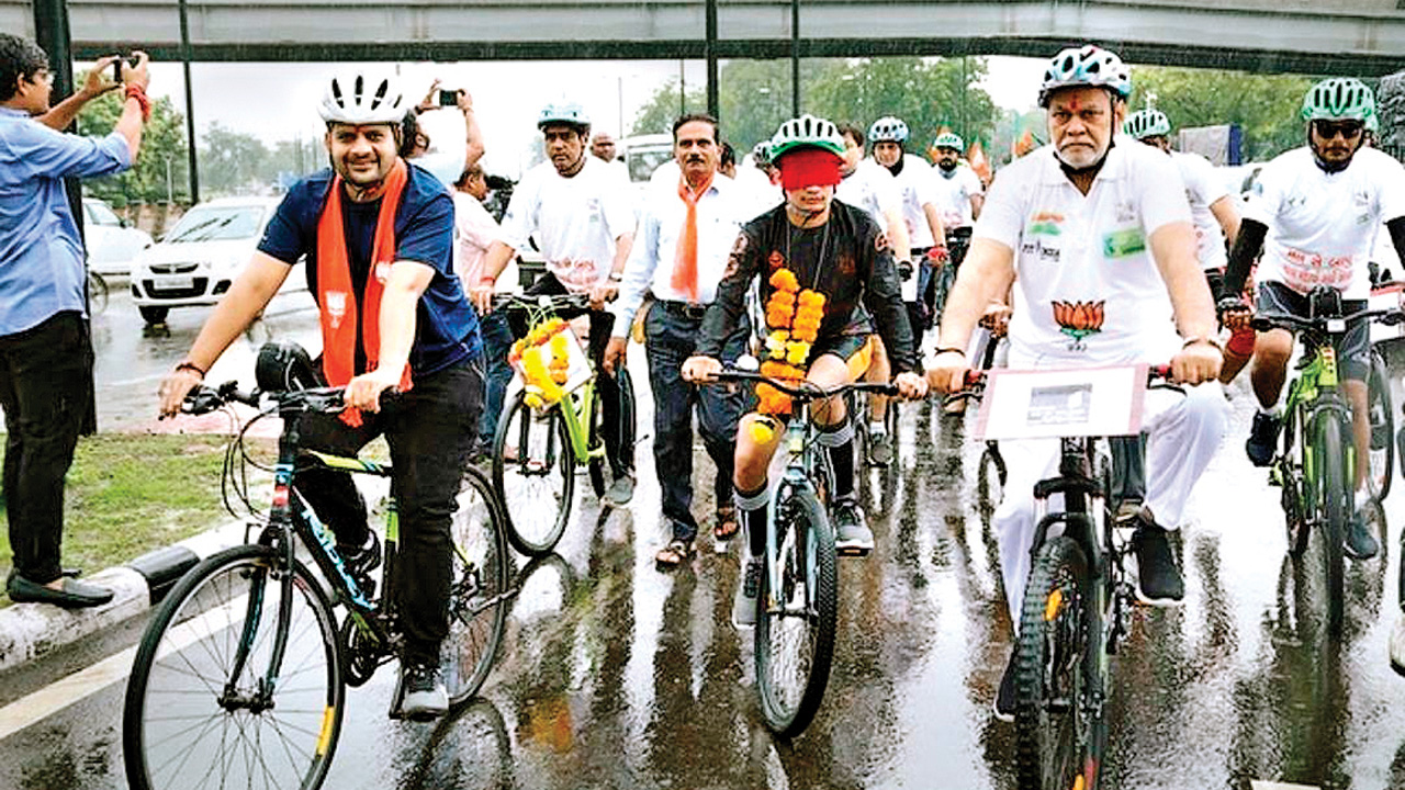 Fit India: Youth cycles 26km blindfolded in Ahmedabad