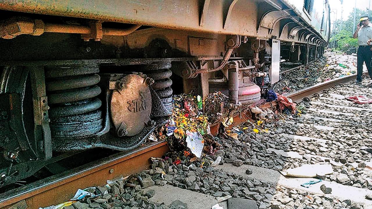 Mumbai: Mahim train derails, non-maintenance due to trash blamed