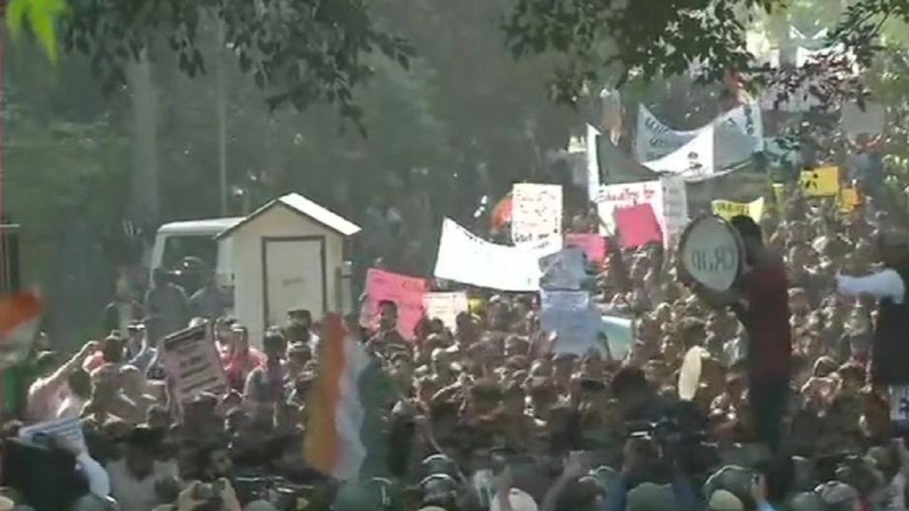 JNUSU protest: Agitating students break police barricades, several detained