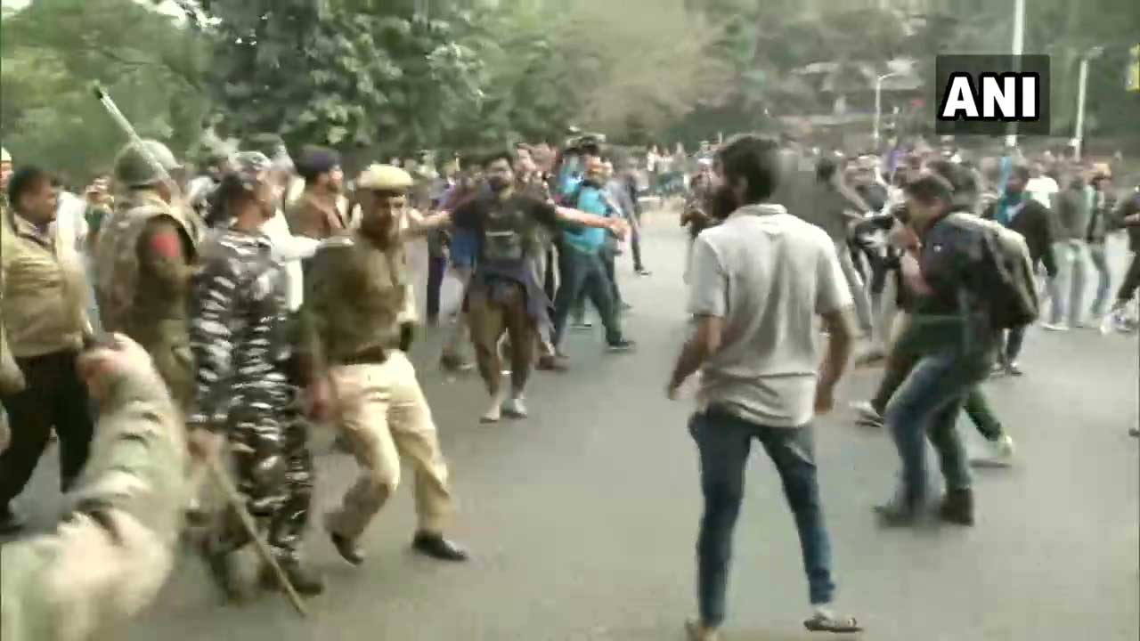 Delhi Police resort to lathi-charge after JNU protestors march towards Rashtrapati Bhavan