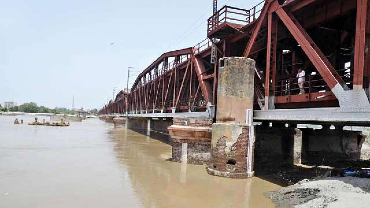 Trains cancelled as Yamuna bridge closed!